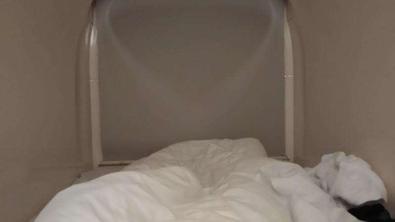 カプセルに寝転がる