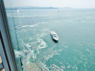 渦の道から見るクルーズ船