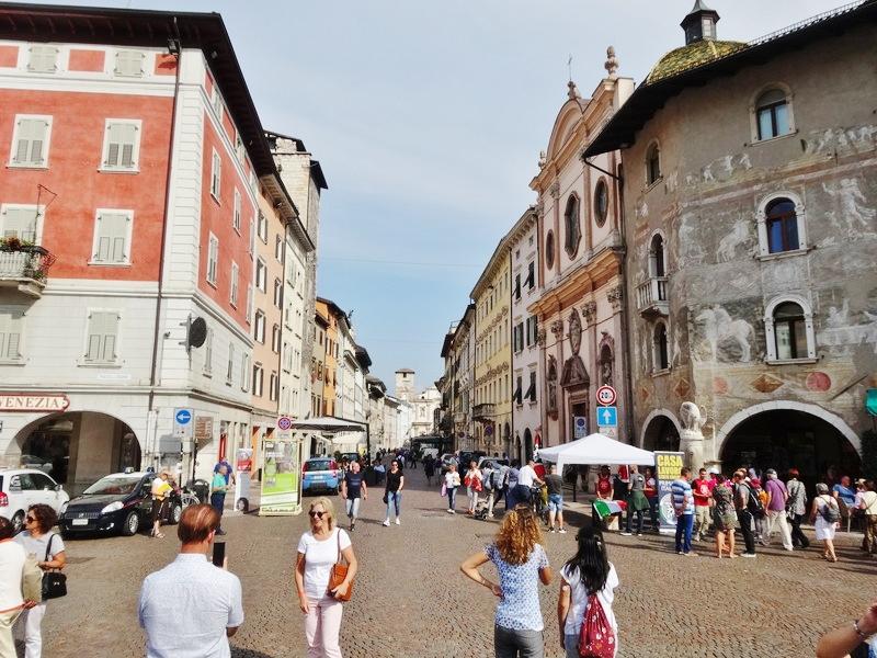 イタリアトレント中央広場からの通り